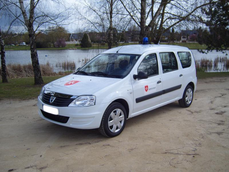 Ambulance Logan Burkina Petit by Gruau